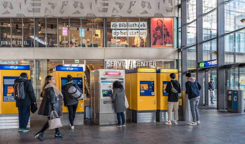 De Bibliotheek op het station informeert en verbindt met digitale content
